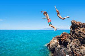 Springen van een rots tijdens vakantie ibiza